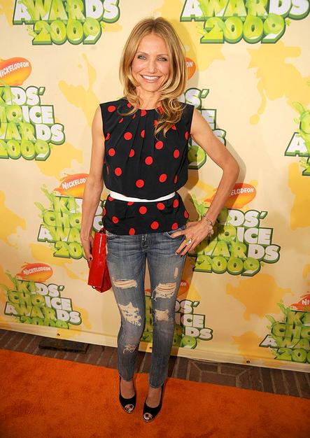 Although she's pushing 37, Cameron Diaz proved she can rock a pair of skinny shredded jeans as well as a teenager can!