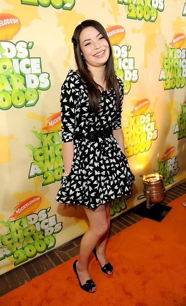 "Miranda Cosgrove wore a fun black-and-white print dress to the awards ceremony, where her show ""iCarly"" received a blimp-shaped trophy for Favorite TV Show."