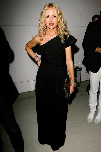 Instead of wearing a voluminous caftan like she usually does, Rachel Zoe opts for a pretty one-shoulder black gown that compliments her tiny figure.
