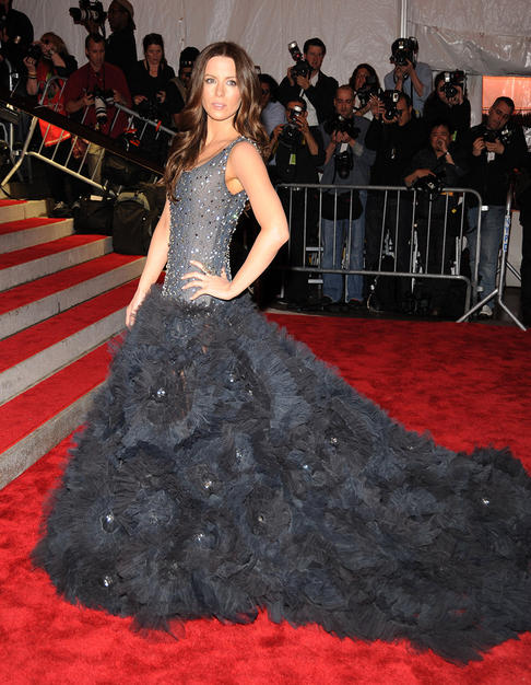 Kate Beckinsale floated down the red carpet in a voluminous tulle gown by Marchesa.