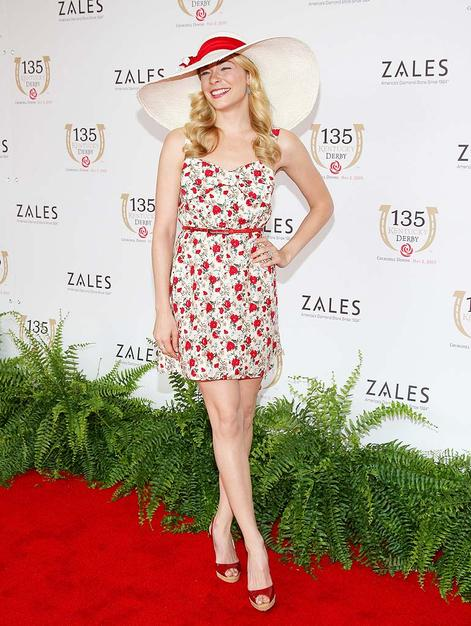 Country crooner LeAnn Rimes sashayed through Louisville in wide brimmed hat, cute floral frock, and red peep toes.